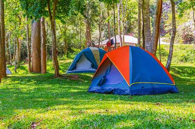 キャンプ場 青いテント