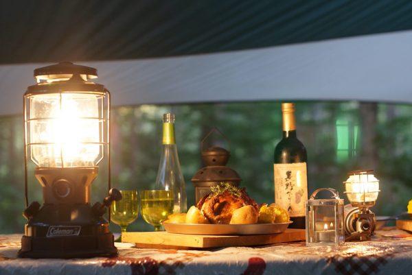 おうちキャンプのベランダキャンプランタンと料理