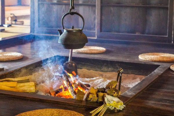 いろりの中の焚き火と薪