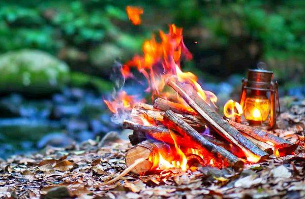 河原での美しい焚き火