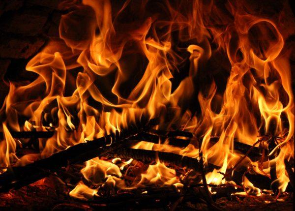 焚き火台の薪と炎