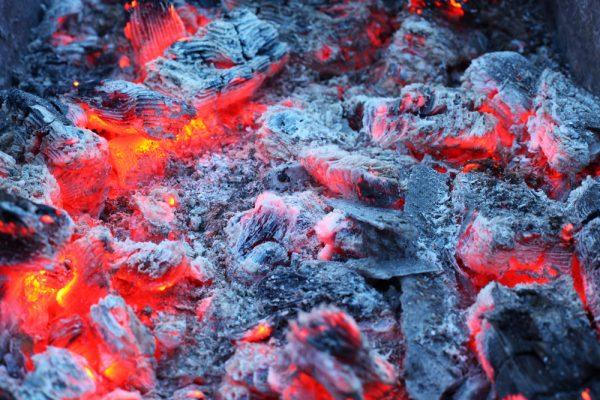 焚き火のおき火が灰になる