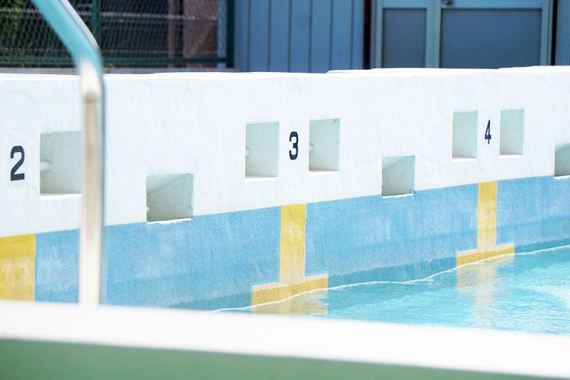 06高いプールサイド